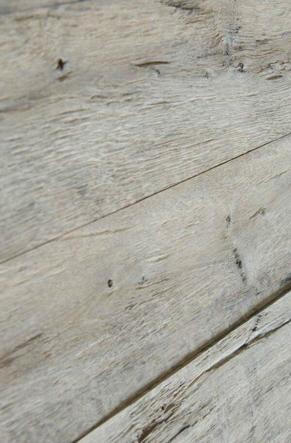Eine Wandverkleidung aus Eichenholz in verwittert-Optik